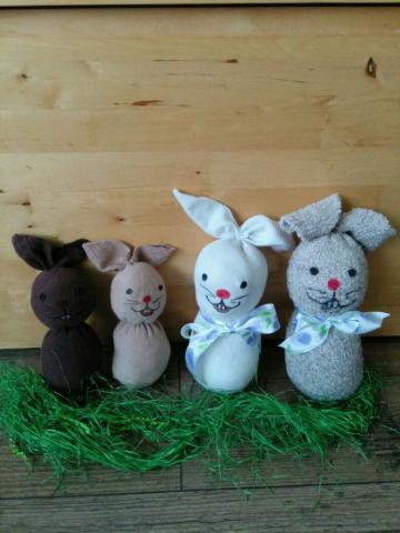 Strumpfhasen ganz leicht basteln - auch nach Ostern eine tolle Geschenkidee!