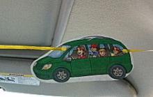 Auf Schnur aufgespanntes Auto